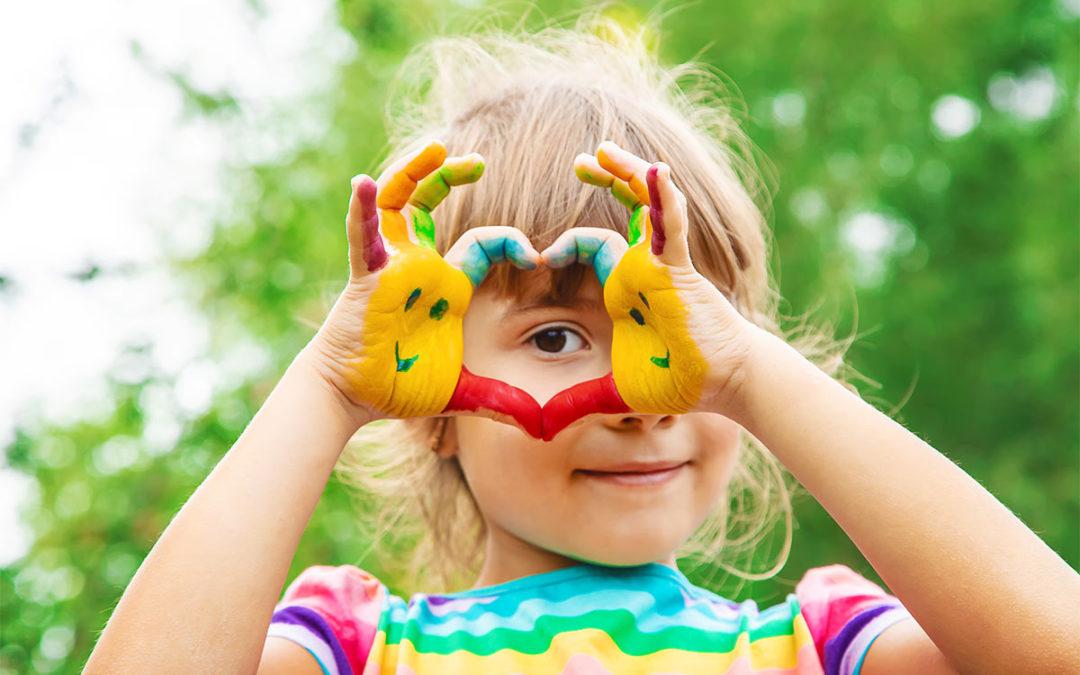 Herzkranke-Kinder-Muenster-maedchen-haende-bunt